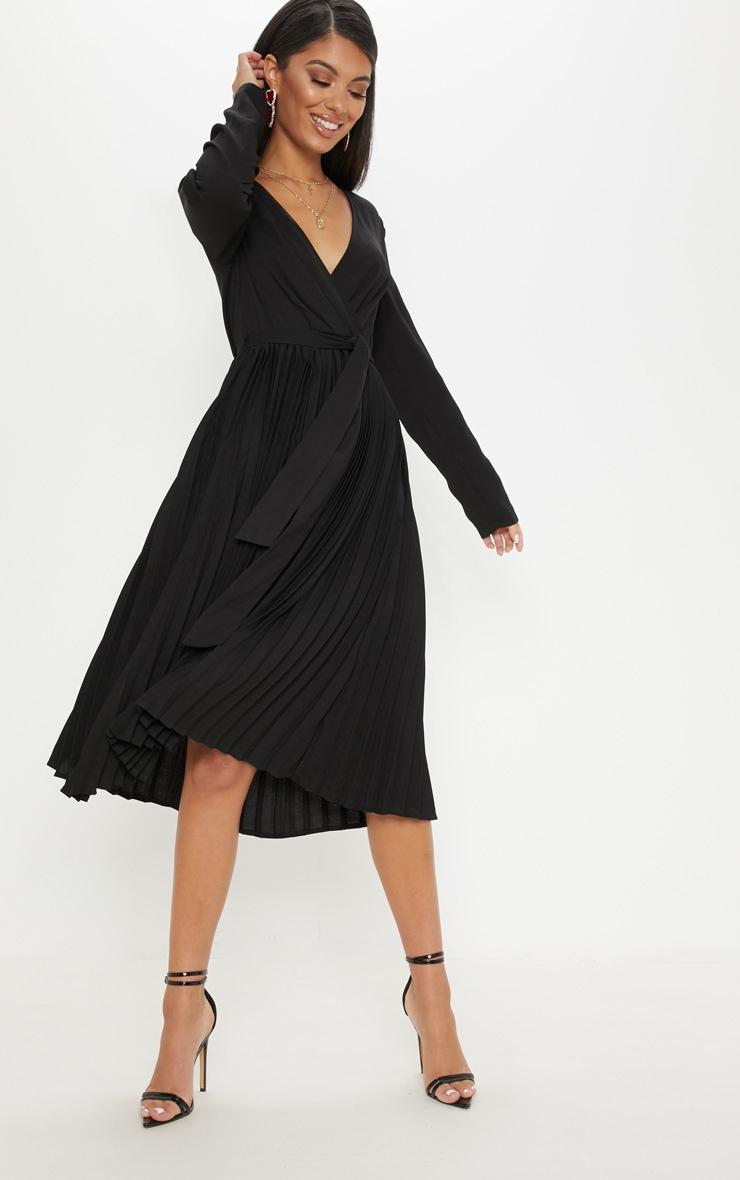 Robe noire mi longue plissée à manches longues