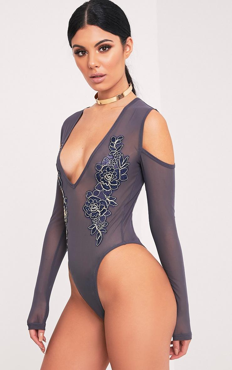 Joelle body-string en tulle gris épaules dénudées à fleurs brodées 4