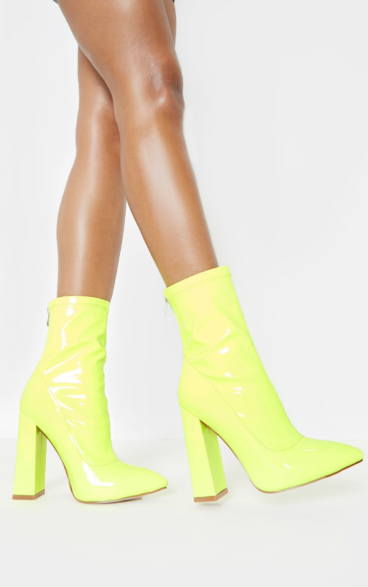 Pretty Little Things BOTTINES POINTUES VERT CITRON FLUO À GROS TALONS