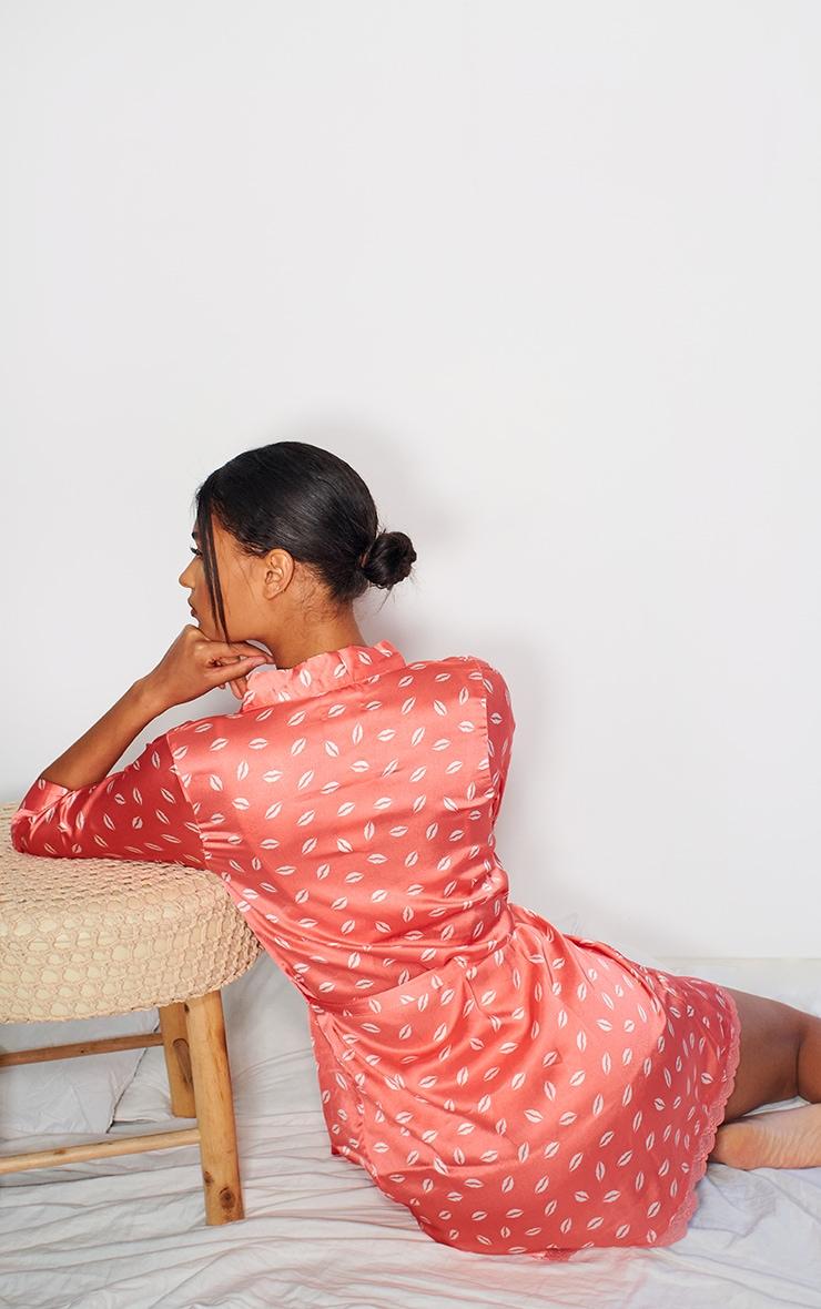Robe de chambre satinée rose à imprimé bisous 2