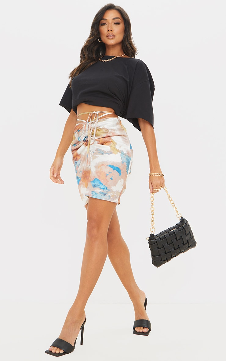 Mini jupe tie & dye multicolore satinée à taille nouée et derrière froncé 1