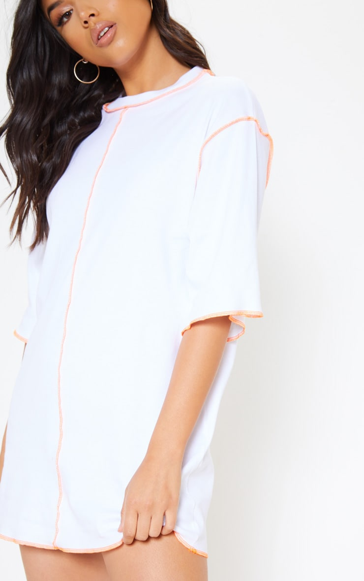 Robe t-shirt blanche oversize à coutures fluo 5