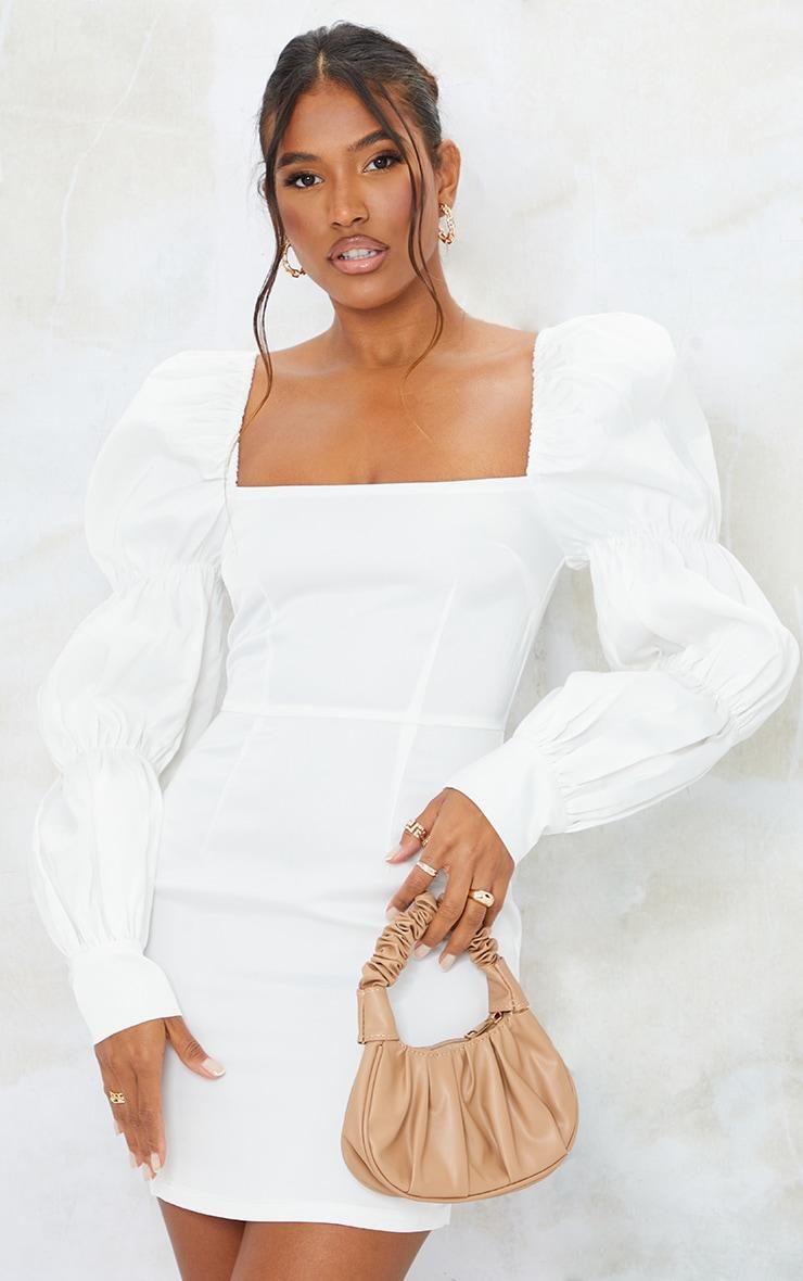 Robe moulante structurée blanche satinée à épaules bouffantes et manches froncées 1