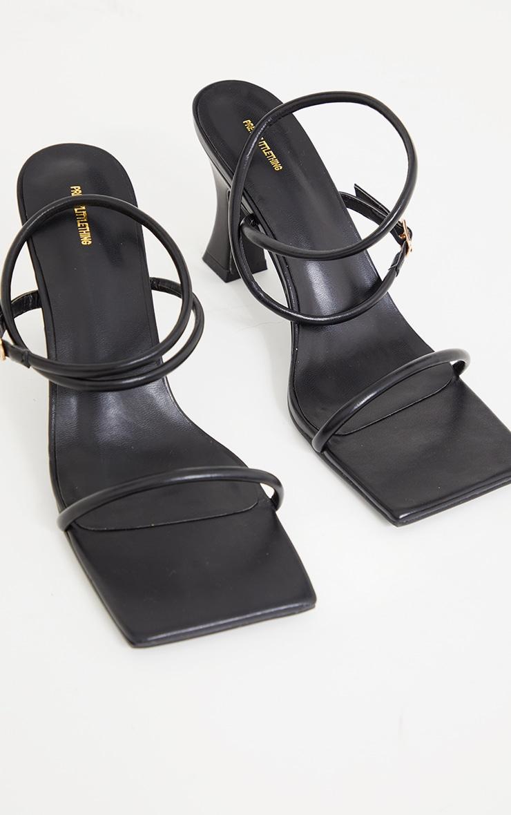 Sandales en similicuir noir à talons bas évasés et bout très carré 3
