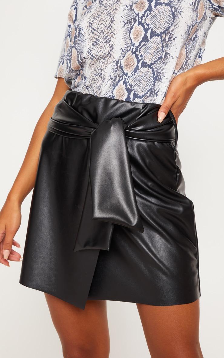 Mini-jupe en similicuir noire à ceinture 5