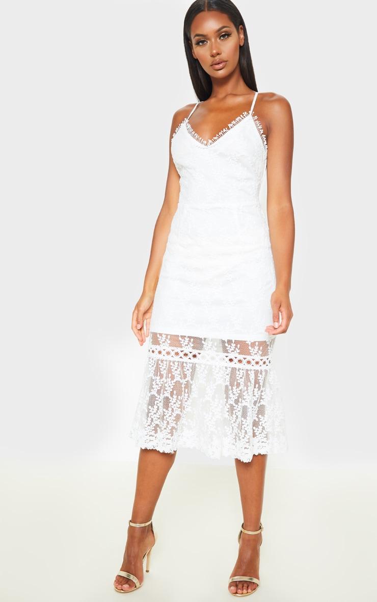 Robe mi-longue blanche en dentelle avec lien au dos 4