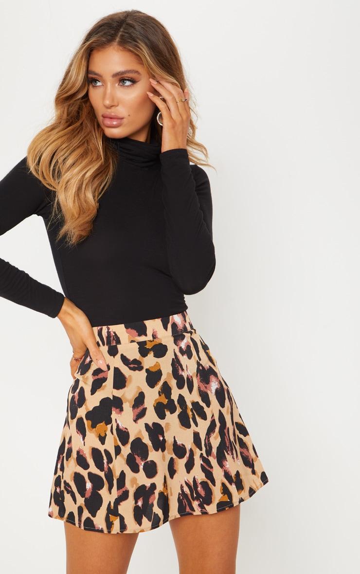 Mini-jupe satinée à imprimé léopard  1