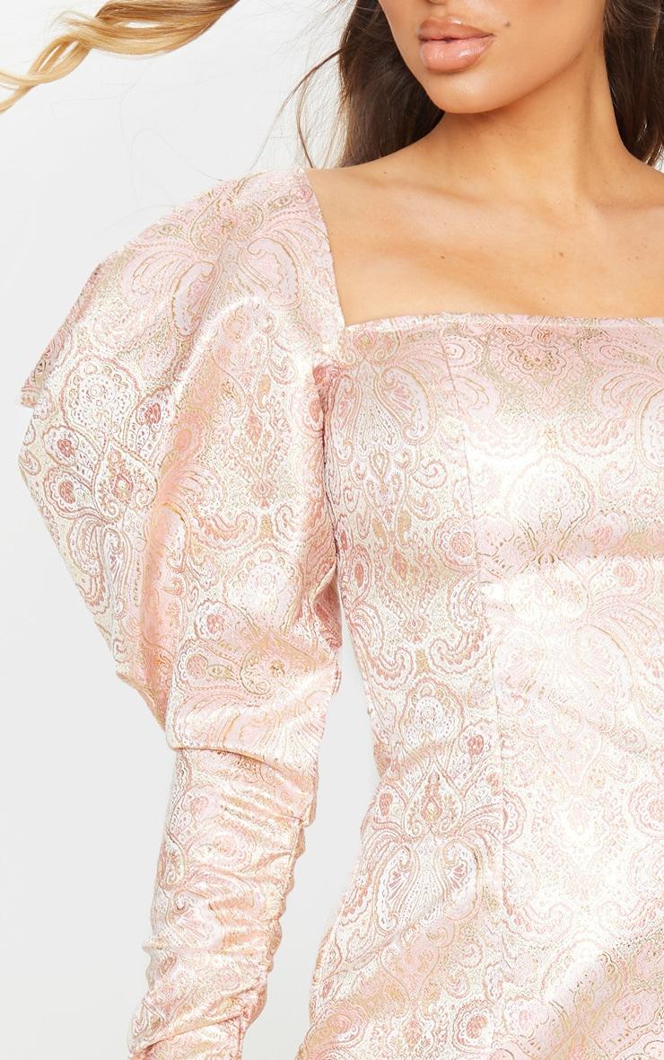 Robe moulante en jacquard rose pâle à manches très bouffantes 4