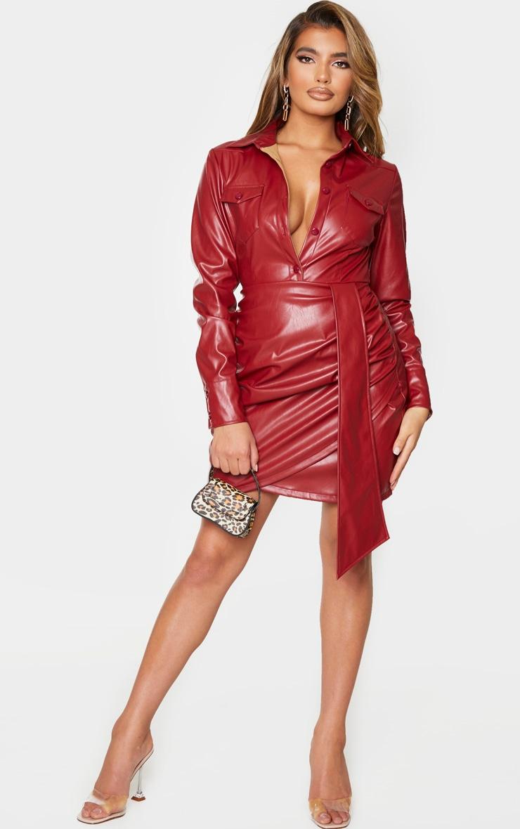 Robe moulante en similicuir rouge sang boutonnée à manches longues et détail drapé 3