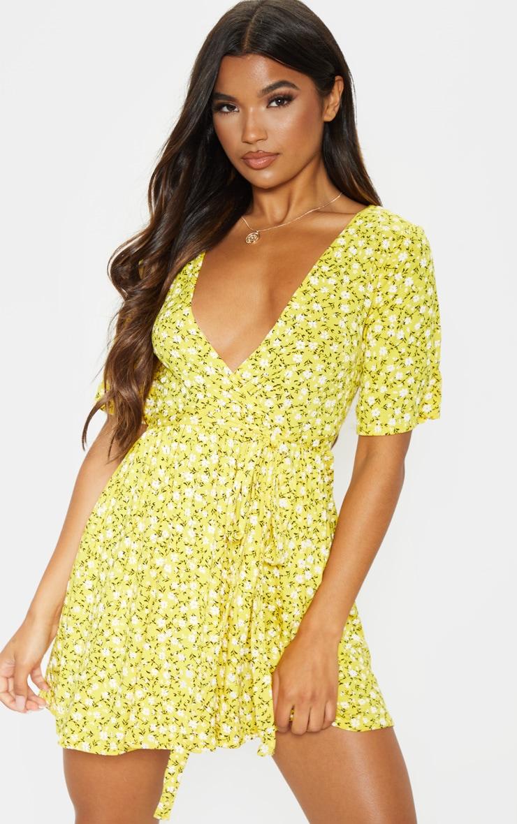فستان أصفر بنقشة أزهار ملفوف 4