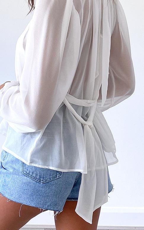 Blouse en mousseline de soie blanche transparente nouée à la taille 4