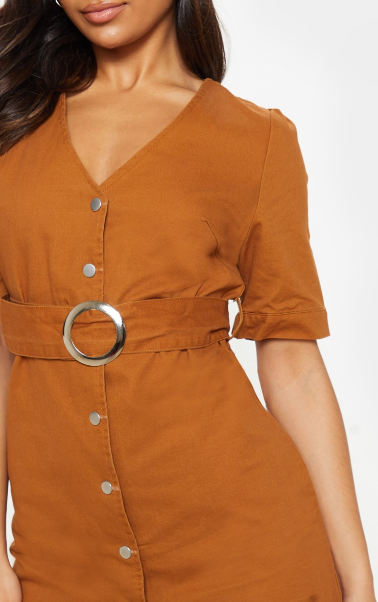 Mini-robe sable en jean avec ceinture à boucle 5