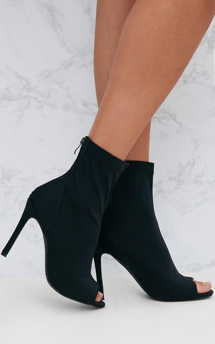 Bottes,chaussettes bouts ouverts à talons lycra noires. Achetez chaussures  sur PrettyLittleThing FR ; Livraison express disponible.