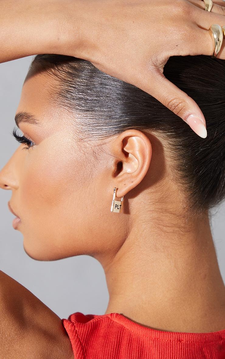 PRETTYLITTLETHING - Boucles d'oreilles cadenas dorées à slogan en relief 2