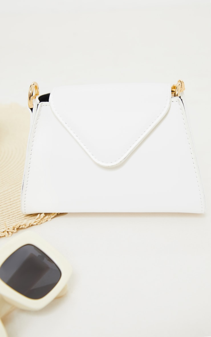 Mini sac enveloppe blanc à anse chaîne dorée 3
