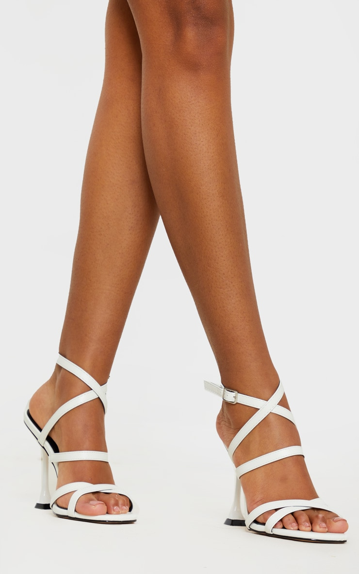Sandales carrées blanches à brides et talon piédestal 1