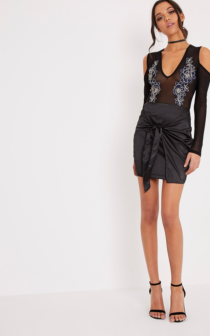 Joelle body-string en tulle noir épaules dénudées à fleurs brodées 6