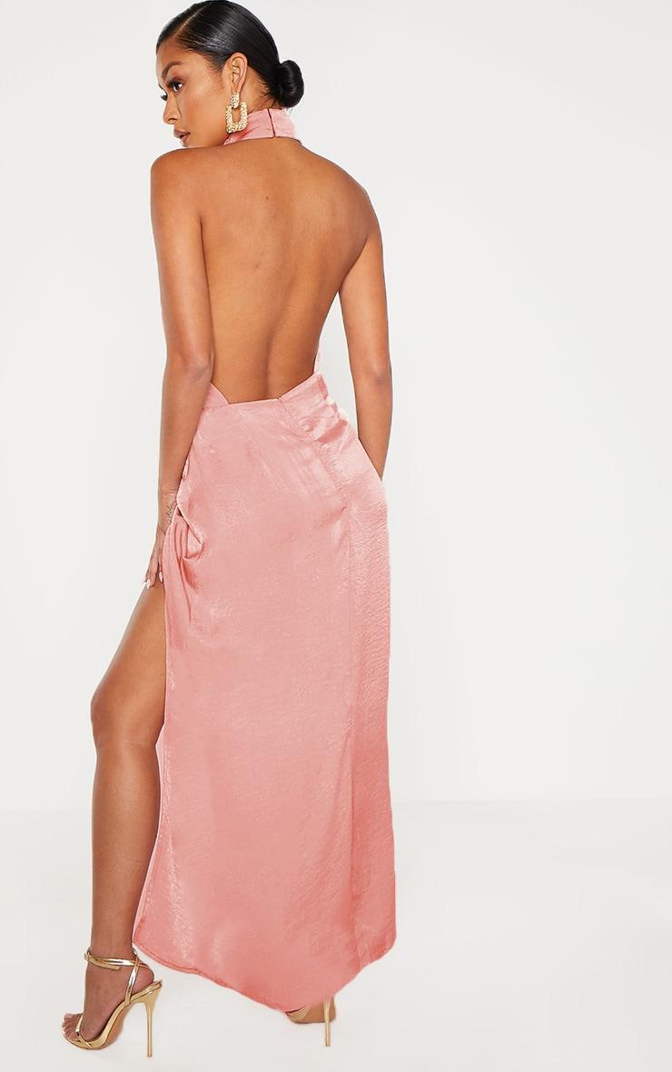 Robe longue satinée texturée rose à dos-nu 2