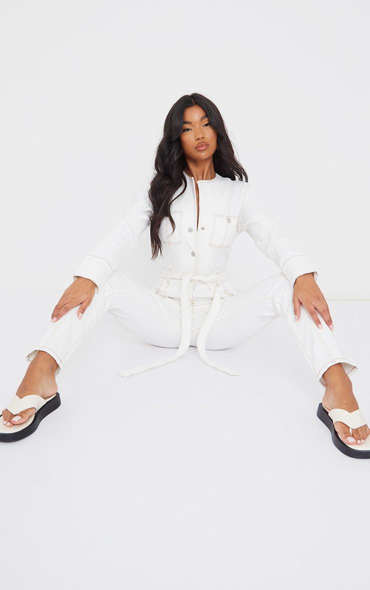 Combinaison en jean écru à ceinture et coutures contrastantes 3