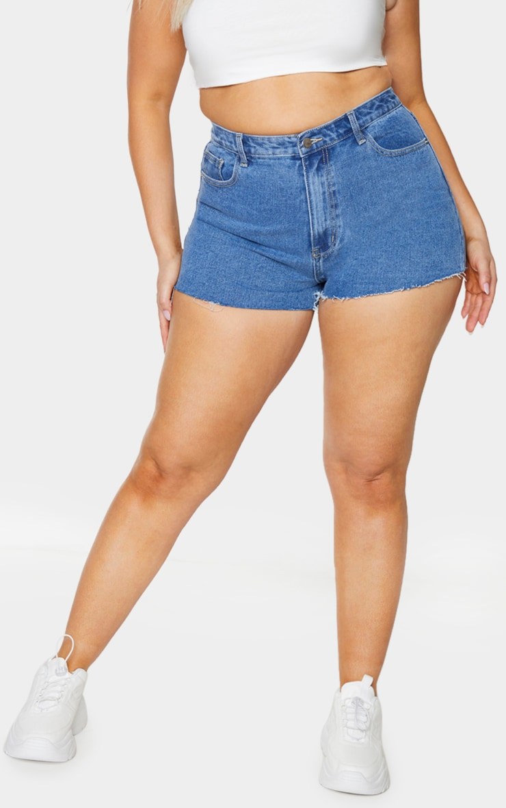PRETTYLITTLETHING Plus Mid Blue Wash Raw Hem Hotpants 2