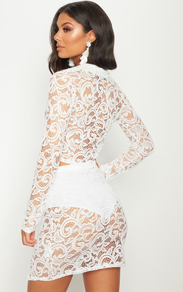Mini-jupe fendue en dentelle blanche 2