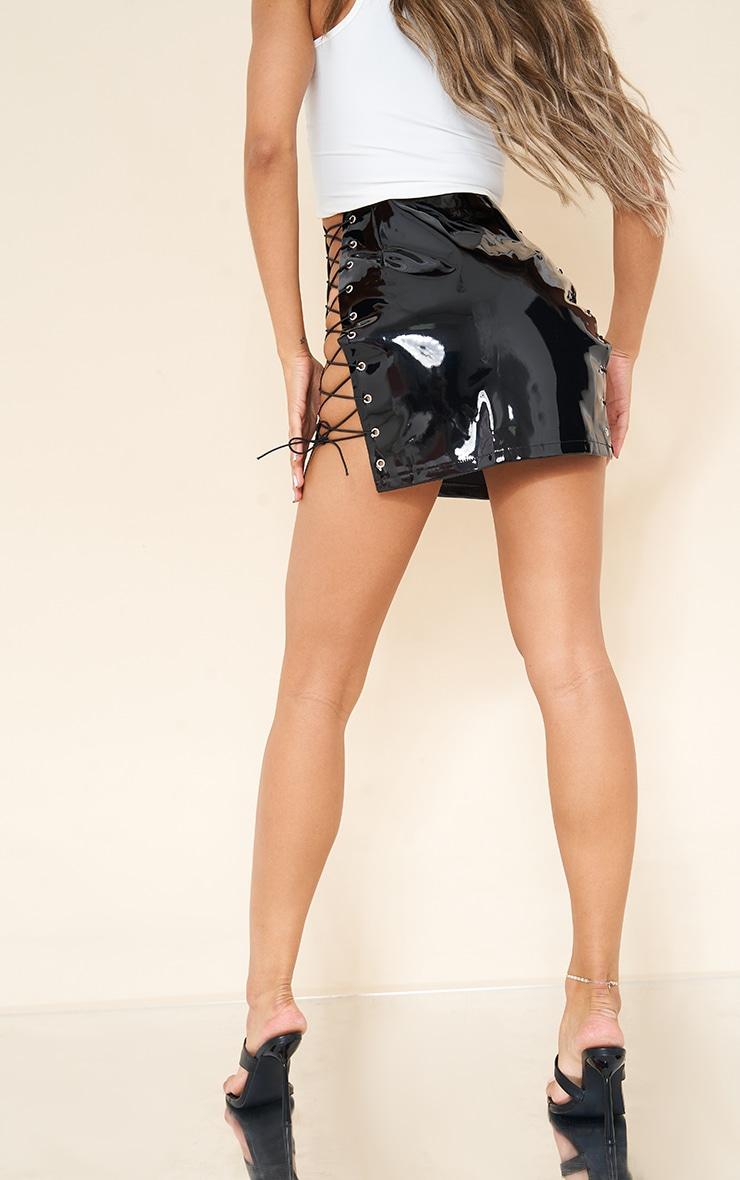Mini-jupe en vinyle noir à lacets 3