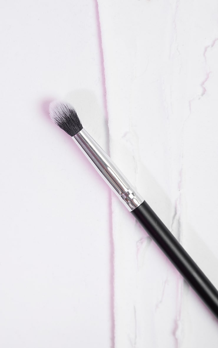 PRETTYLITTLETHING Crease Brush PLT09 1