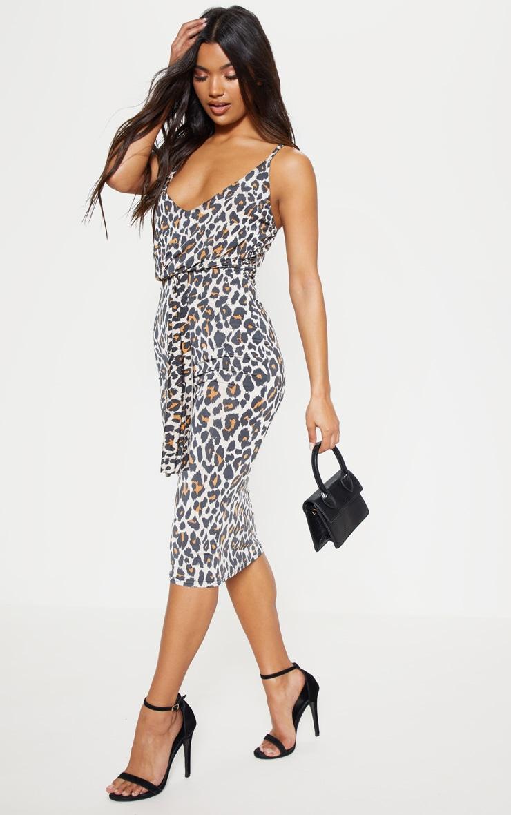 be8257e34432 Robe léopard à détail drapé. Robes   PrettyLittleThing FR