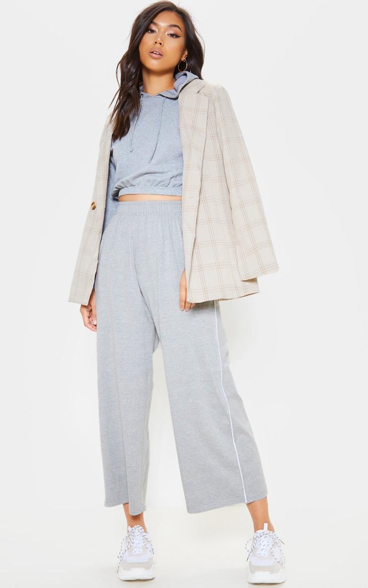 Pantalon court en jersey gris à coutures contrastantes et jambes évasées 1