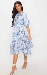 Robe mi-longue plissée à dos ouvert et imprimé floral bleu pastel 3