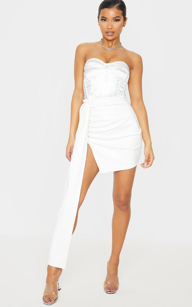 Mini-jupe en similicuir blanc  à détail très drapé 1