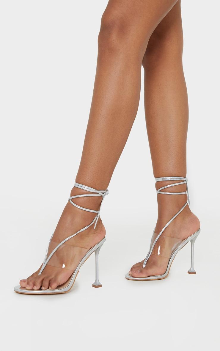 Sandales argentées style tongs à brides transparentes et lacets 2