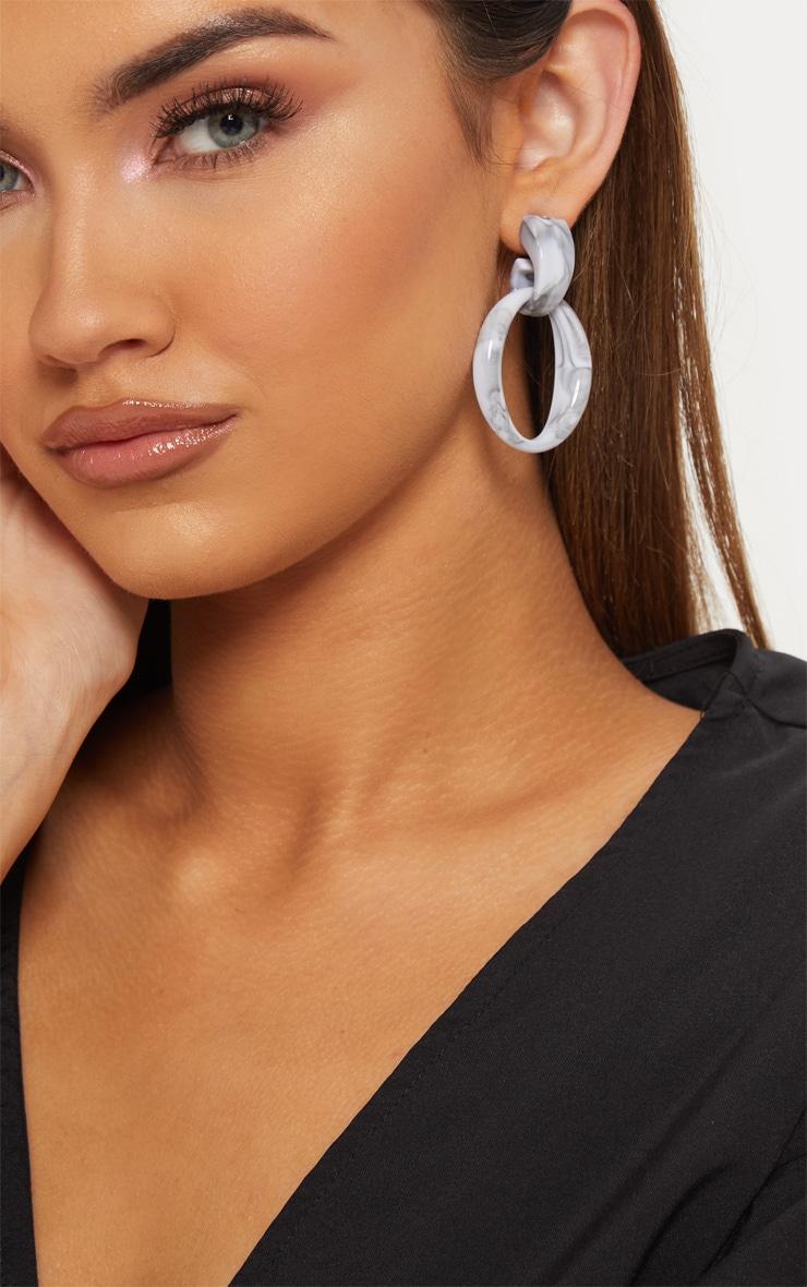 Boucles d'oreilles pendantes ovales en résine grise