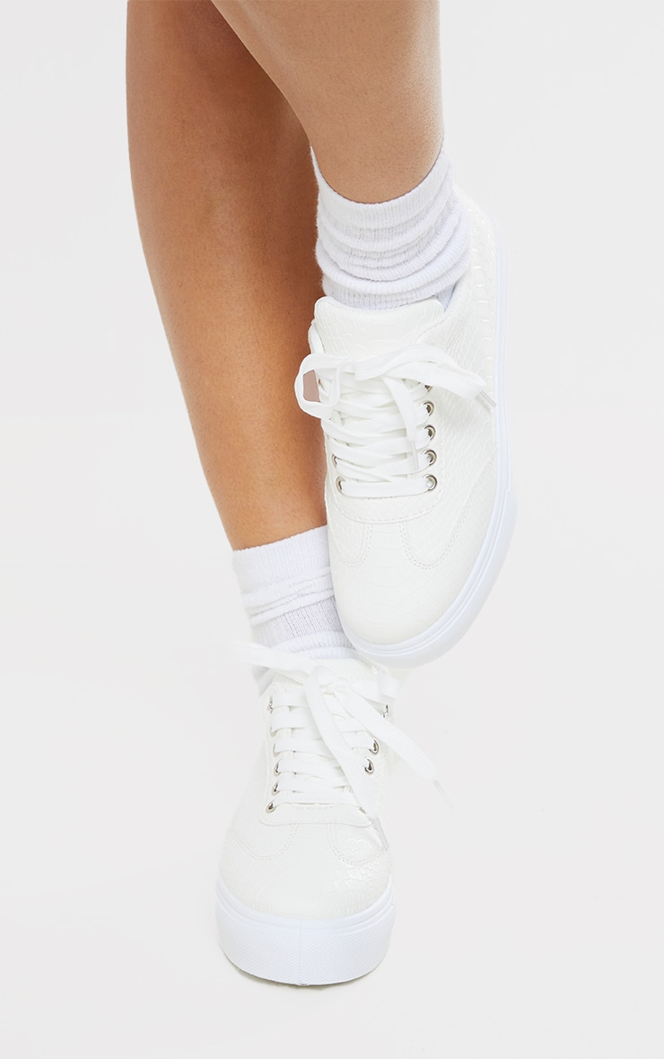 Baskets lacées blanches en croco à plateforme 2