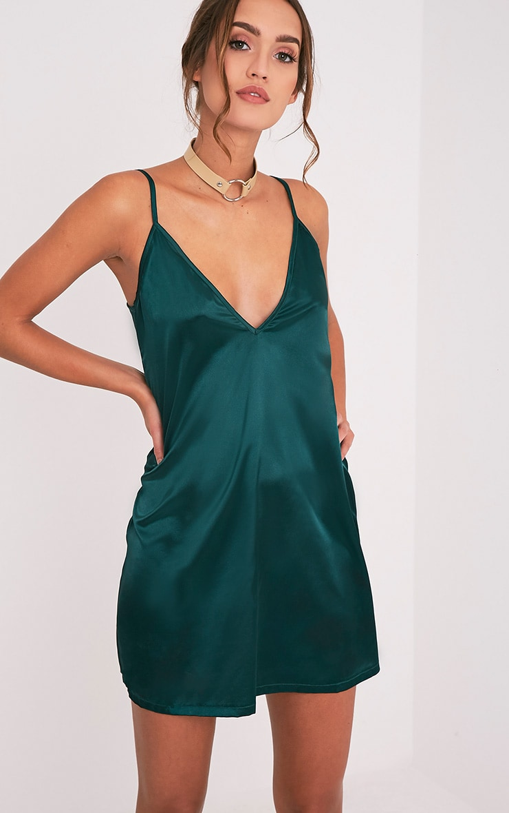 Erin robe nuisette décolleté plongeant en satin vert émeraude 4
