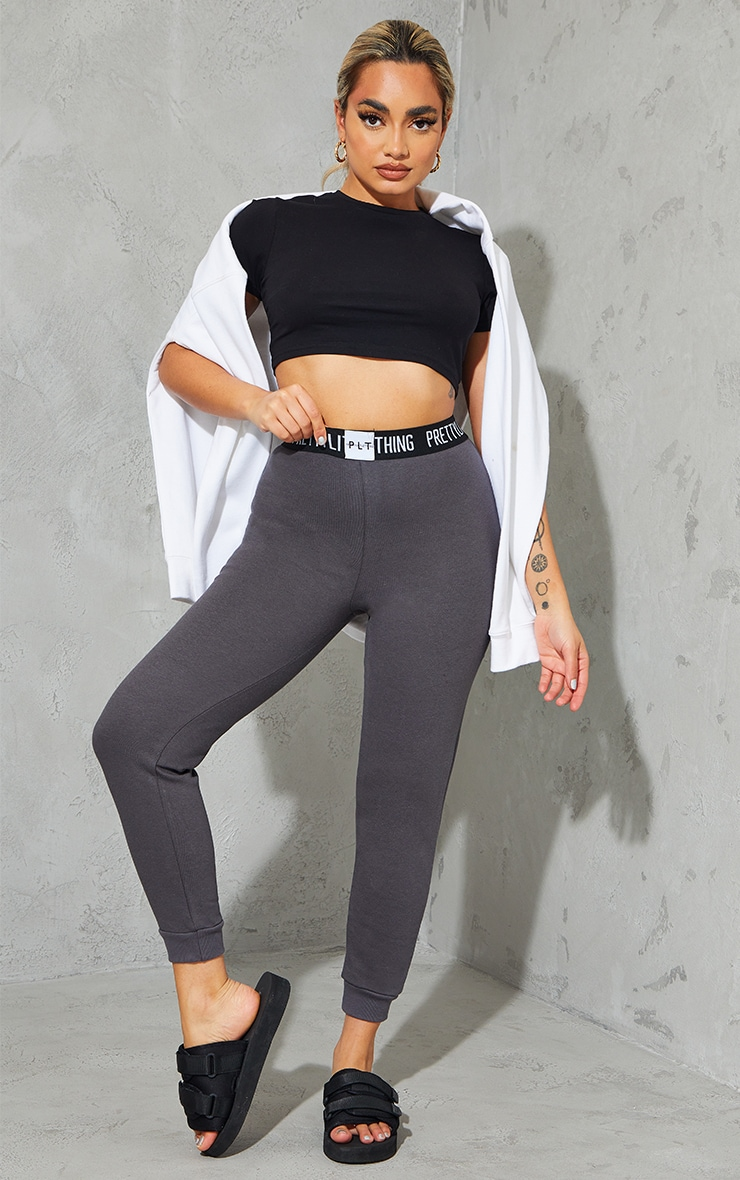 PRETTYLITTLETHING Petite - Jogging gris anthracite lounge 1