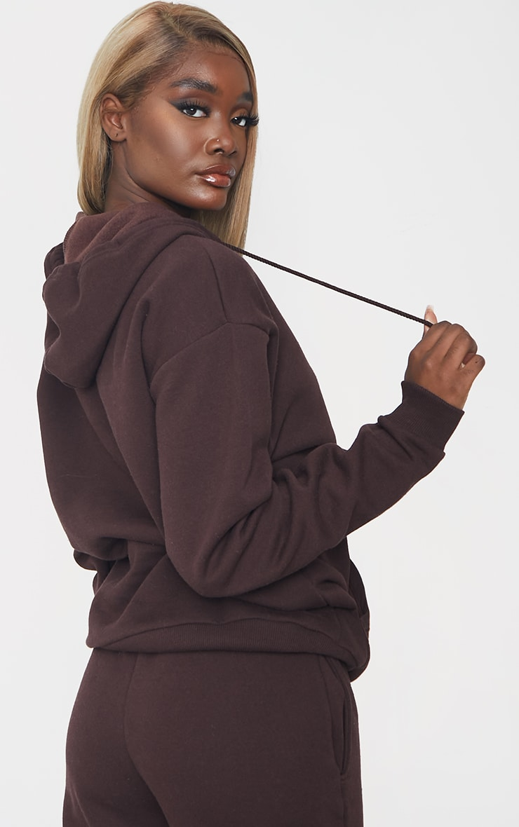PRETTYLITTLETHING Tall - Hoodie oversize chocolat à détail badge 2