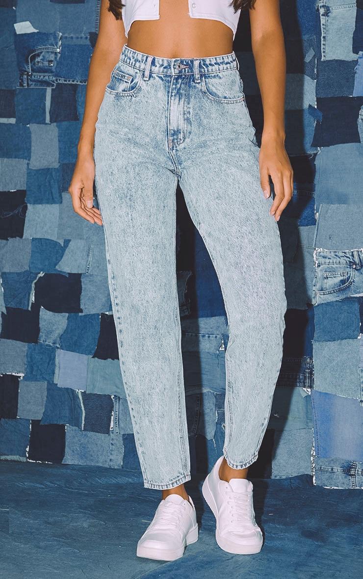بنطلون جينز مُصمم بقصة موم باللون الأزرق المعالج بالأحماض من بريتي ليتل ثينج 2
