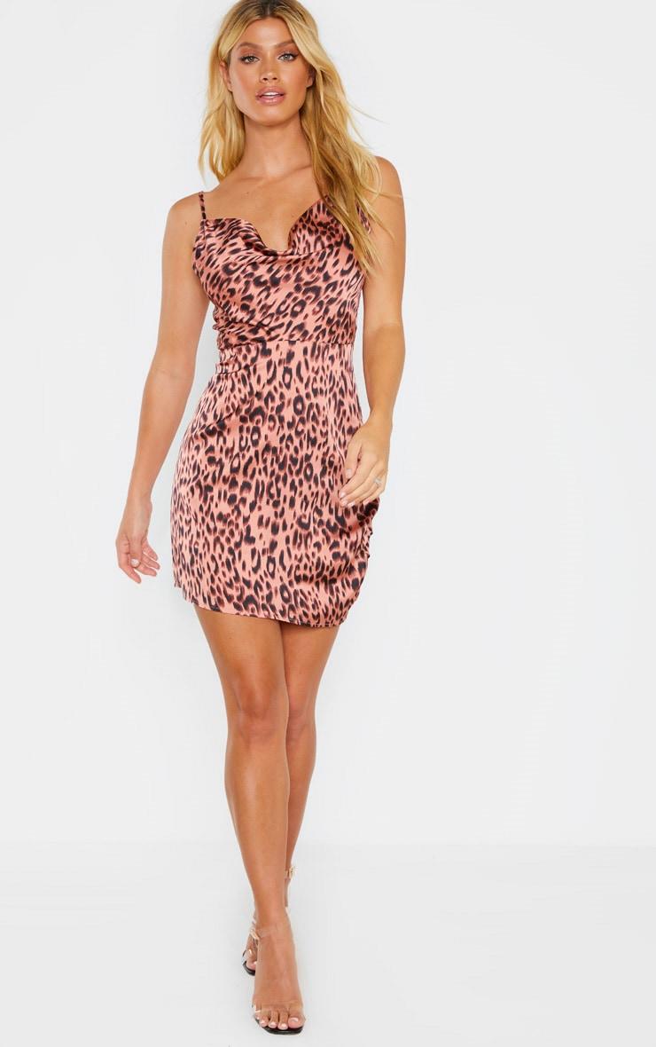 Robe moulante rose léopard fendue en satin martelé à col bénitier 4