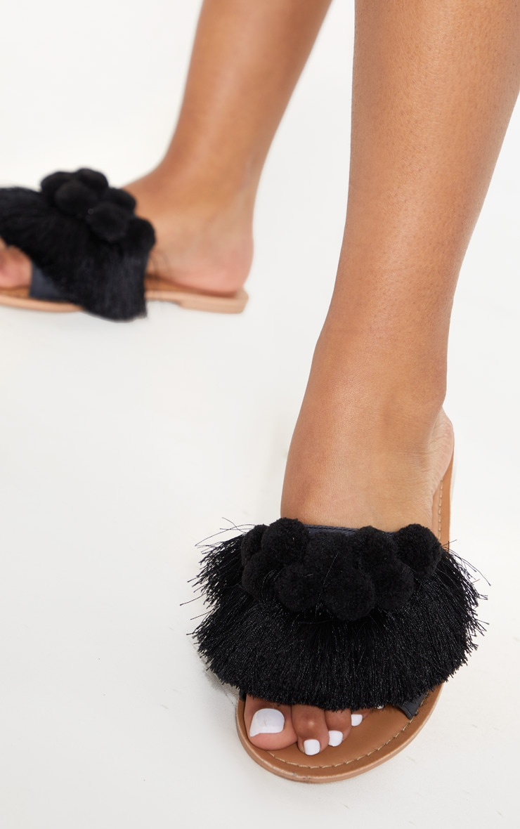 Sandales noires à pompons 2