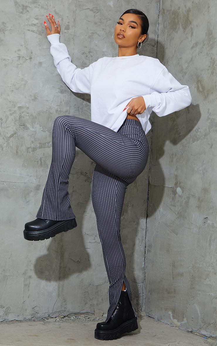 Pantalon skinny rayé noir à détail coutures et ourlet fendu 1