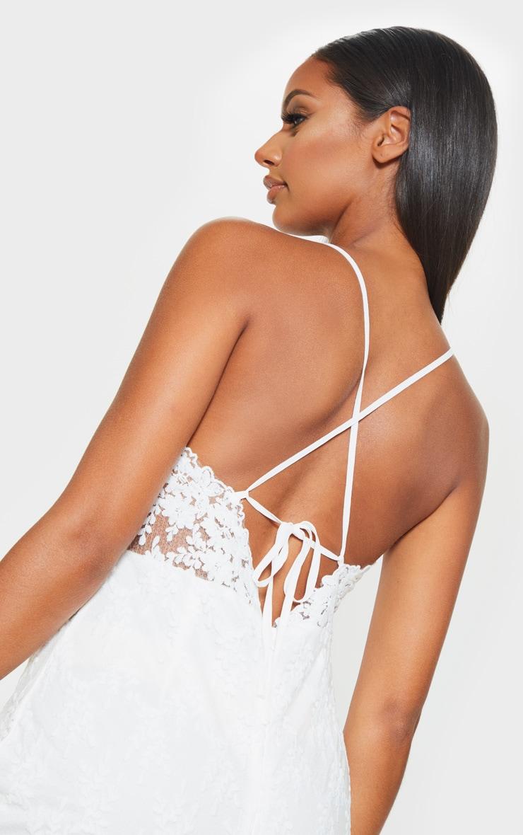 Robe mi-longue blanche en dentelle avec lien au dos 5