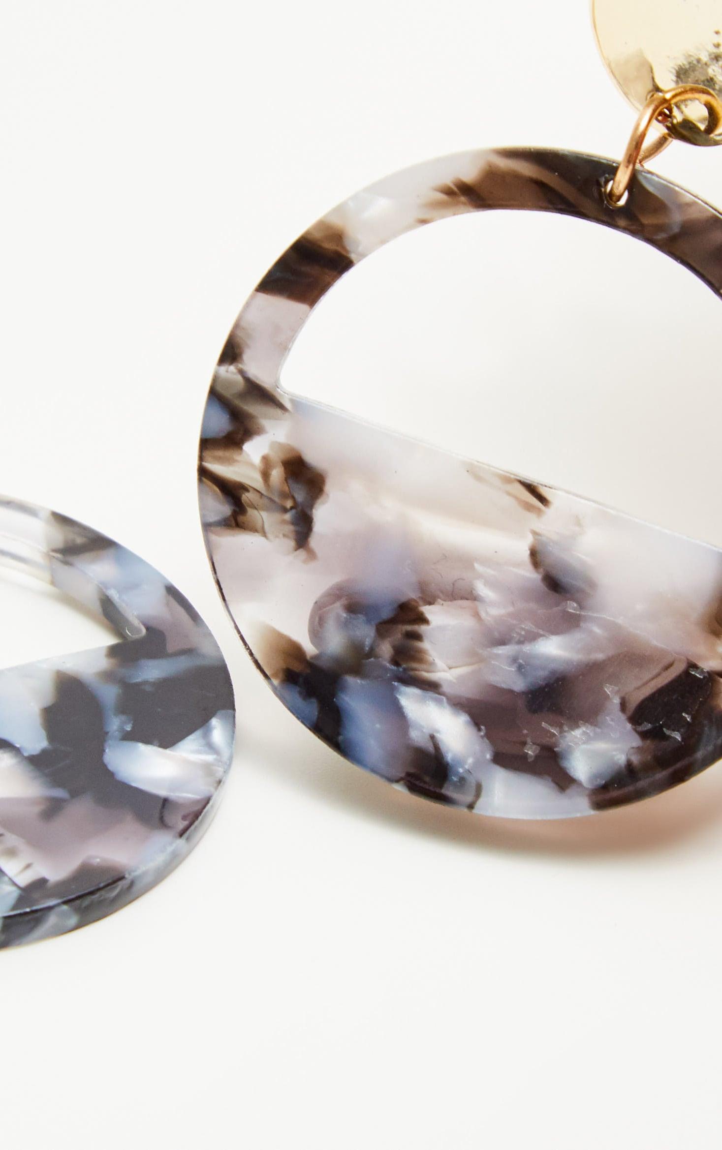 Boucles d'oreilles disque en résine effet marbre gris 3