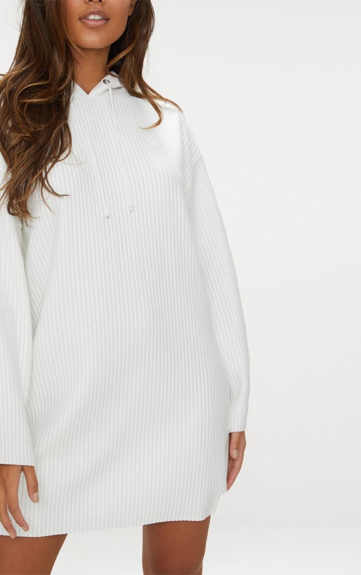 Robe pull côtelée blanche à capuche 4