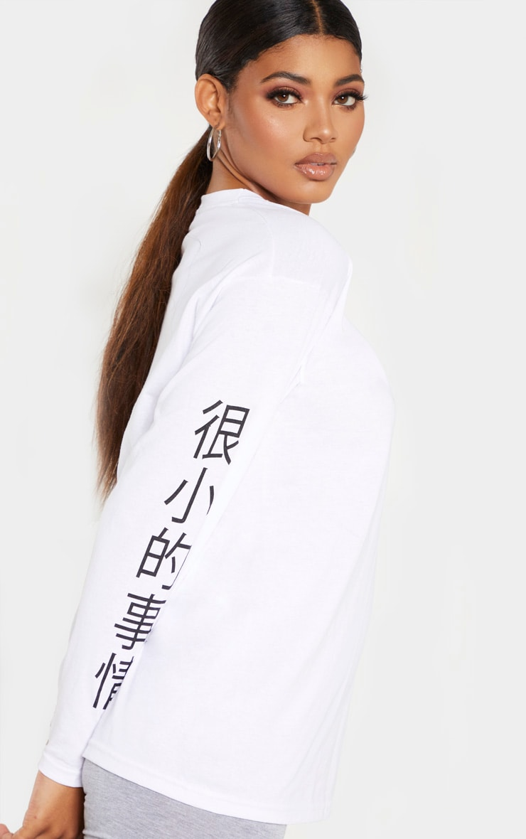PRETTYLITTLETHING Tall - Top blanc manches longues à slogan 5