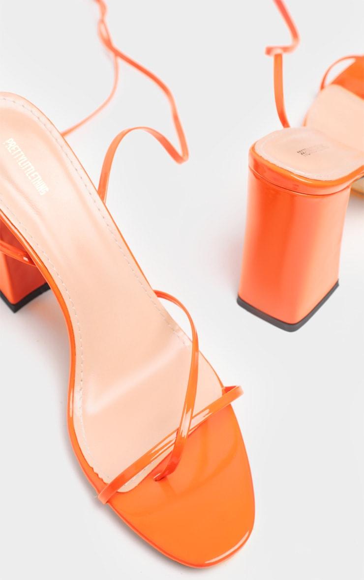 Sandales orange à gros talon et bride orteil montante  3