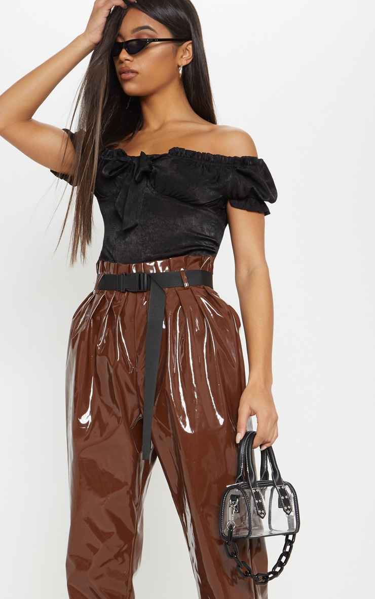 Pantalon carotte en vinyle marron chocolat à ceinture