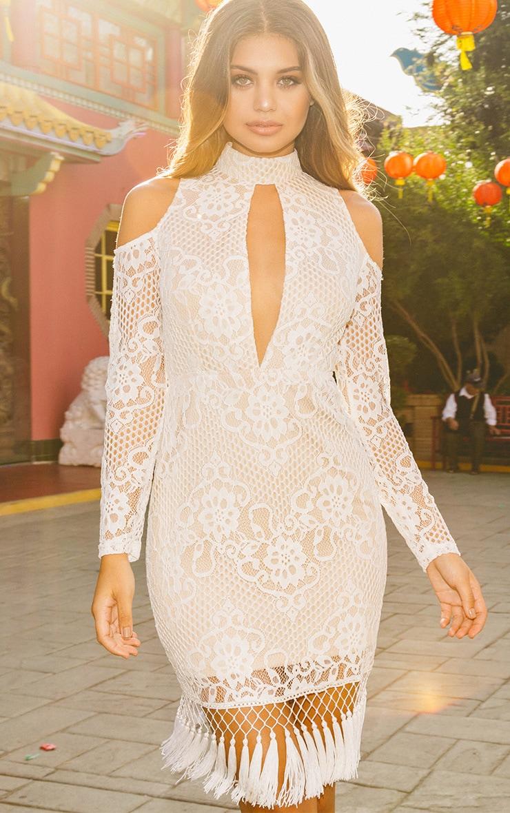 Krina Premium robe moulante blanche en dentelle à pompon 1