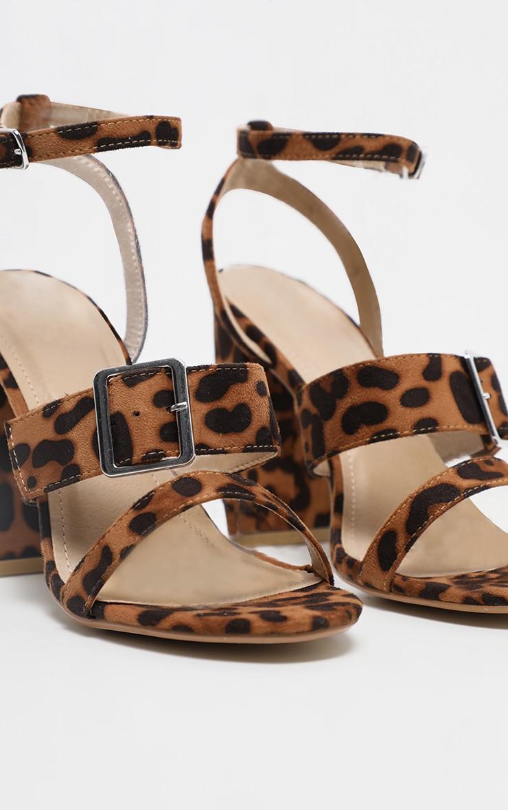 Sandales imprimé léopard à talons carrés et brides boucles 3