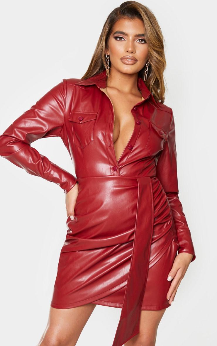 Robe moulante en similicuir rouge sang boutonnée à manches longues et détail drapé 1